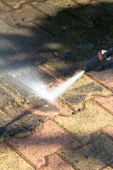 Bodenreinigung im freien mit hochdruckwasserstrahl