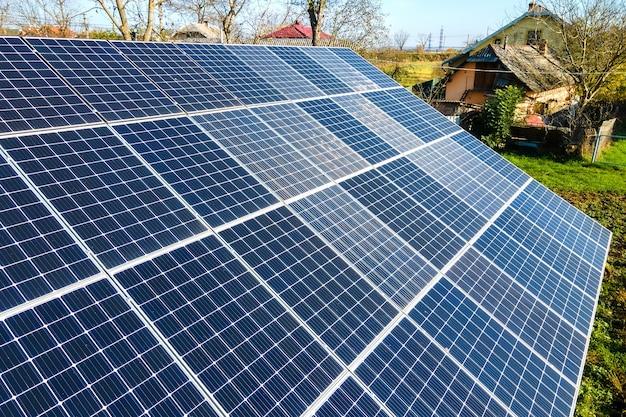 Bodenständige photovoltaik-solarmodule zur erzeugung von sauberem strom. autonomes hauskonzept.