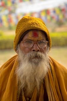 Bodhgaya, bihar indien - 16. februar 2016: menschen bei bodhgaya und bodh gaya ist eine religiöse stätte des buddhismus