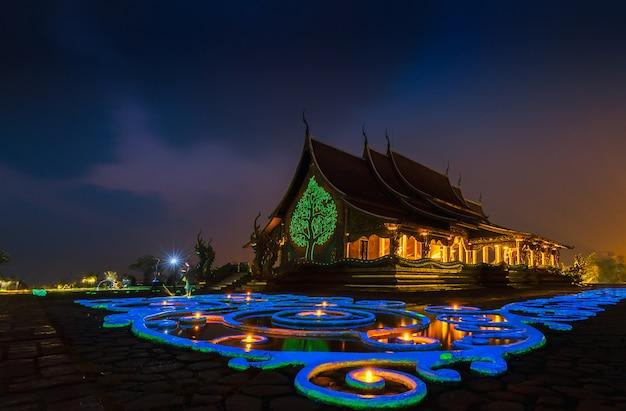 Bodhi-baumglühen wat sirindhornwararam (tempel phu prao), ubon ratchathani, thailand.