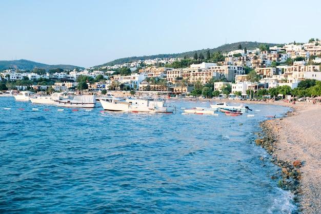 Bodrum ist ein beliebter badeort in der türkei.