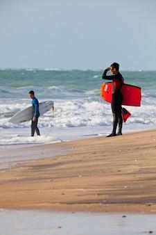 Bodyboader und surfer