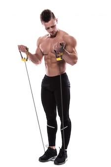 Bodybuilder, der mit gummiband ausarbeitet