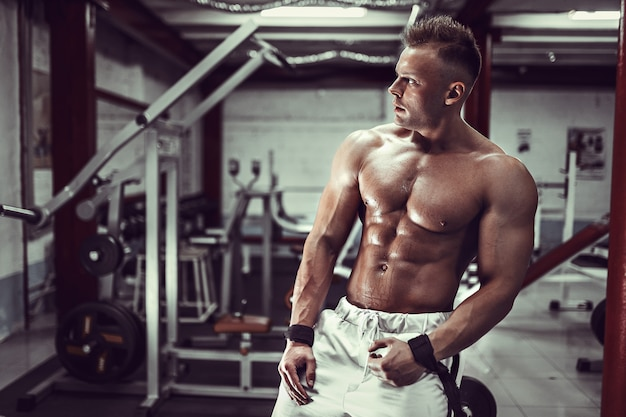 Bodybuilder, der nach training stillsteht