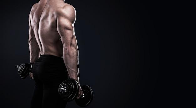 Bodybuilder, der übungen mit dummköpfen tut