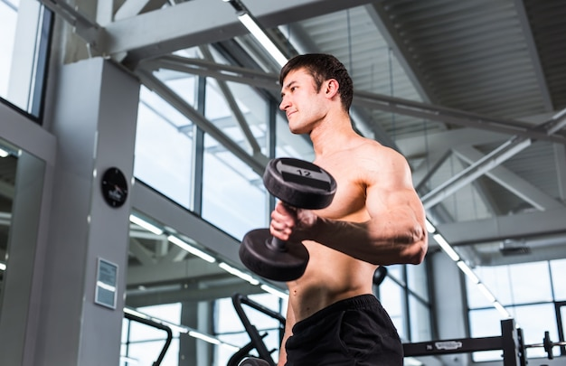 Bodybuilder im fitnessstudio