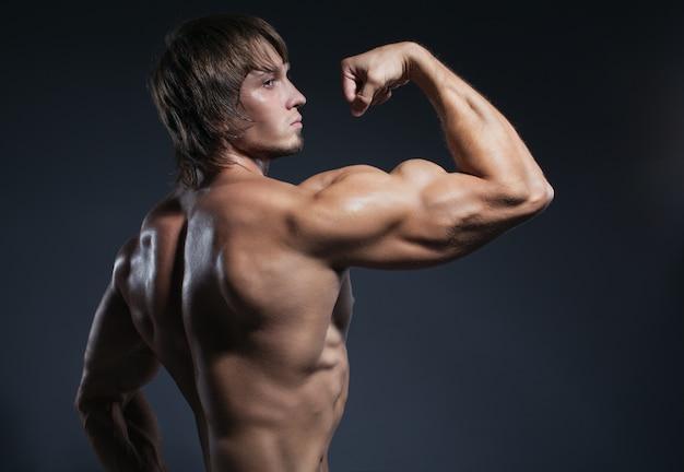 Bodybuilder mann mit einem definierten körper