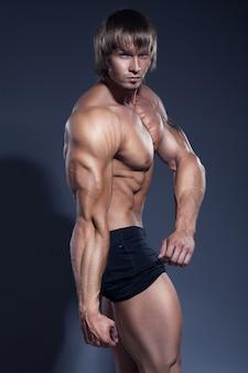Bodybuilder mann starker körper