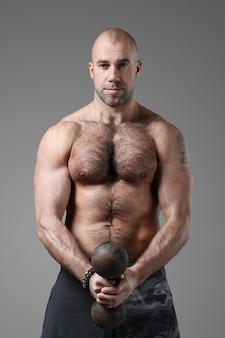 Bodybuilder posiert und zeigt muskeln
