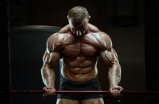 Bodybuilder starker mann, der bizepsmuskeln aufpumpt