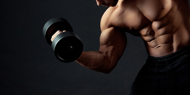 Bodybuilder trainieren mit hanteln