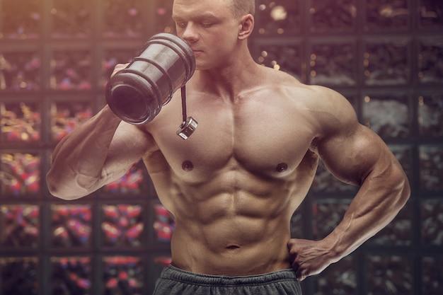 Bodybuilder trinkwasser nach fitness-training