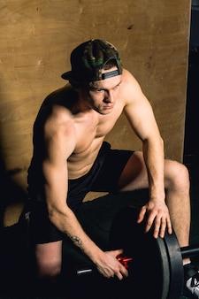 Bodybuilder-typ bereiten sich darauf vor, übungen mit langhantel zu machen