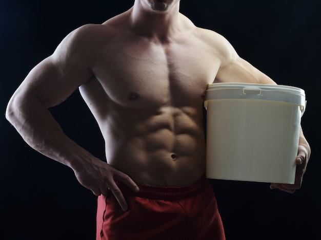 Bodybuildermeister, der im studio aufwirft