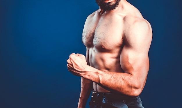 Bodybuilding-banner mit beschnittenem bild des bodybuilder-athleten, der bizeps biegt. fitness-vorlage mit kopierraum.
