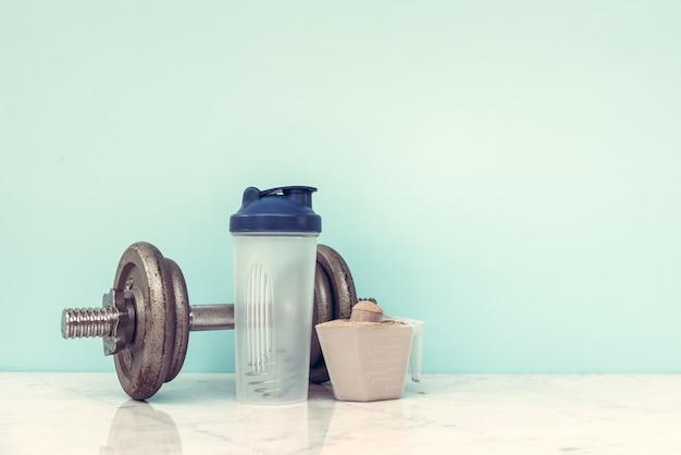 Bodybuilding der doppelten schokoladenmolkeproteinpulverschaufelnahrung gesundes nahrungsmittel.