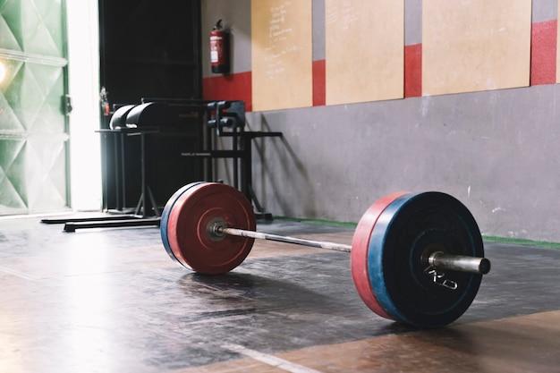 Bodybuilding-konzept mit einsamer langhantel