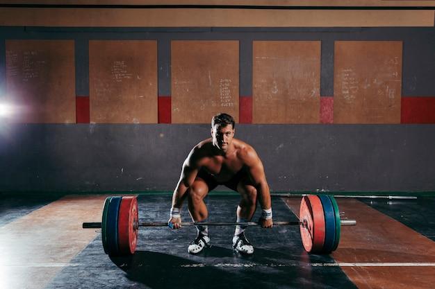 Bodybuilding mit mann im fitnessstudio