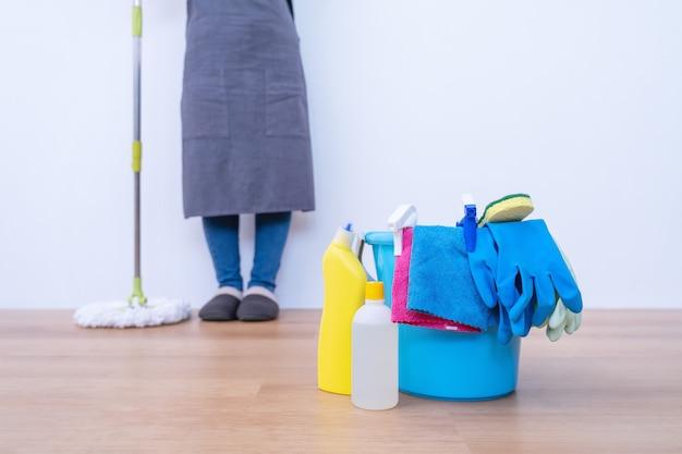 Böden wischen. junge frau, die zu hause holzerdgeschoss mit einem mopp, reinigungswerkzeugprodukten, konzept der antibakteriellen, virusprävention, nahaufnahme wäscht.
