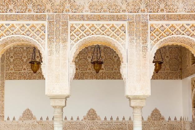 Bögen im islamischen maurischen stil in alhambra, granada, spanien
