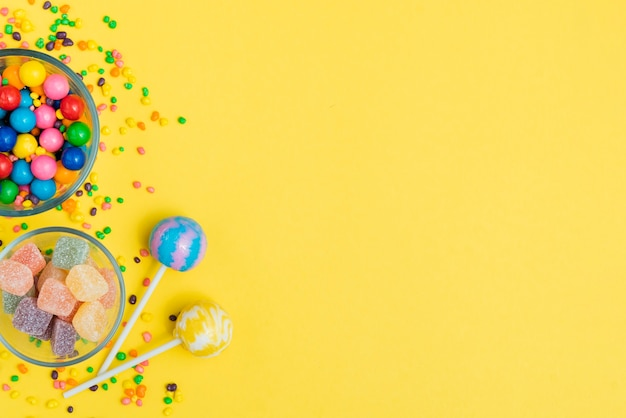 Bögen mit süßigkeitszusammenstellungen auf tabelle