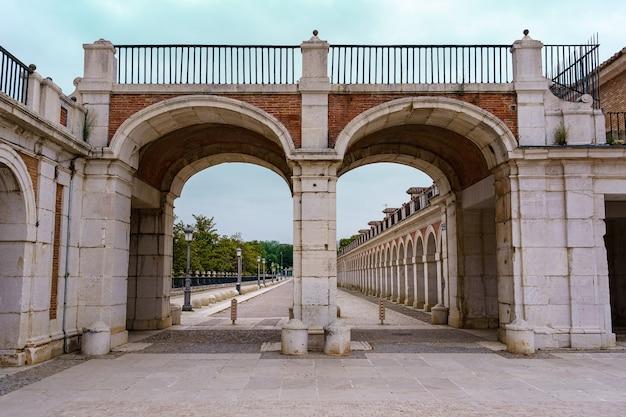 Bögen und eingangstüren zum königspalast von aranjuez in madrid
