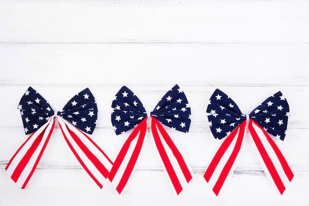 Bögen von bändern mit symbolen der amerikanischen flagge