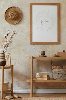 Böhmisches interieur des wohnzimmers mit rahmen, eleganten rattan-accessoires, getrockneten blumen in vase, holzkonsole und hängender hütte in stilvoller wohnkultur.