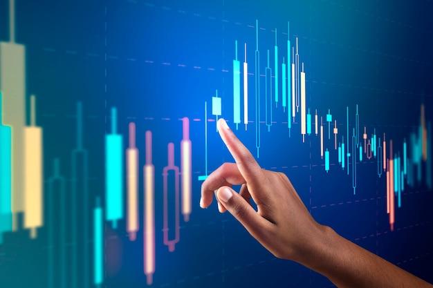Börsenchart auf virtuellem bildschirm mit digitalem remix der hand der frau