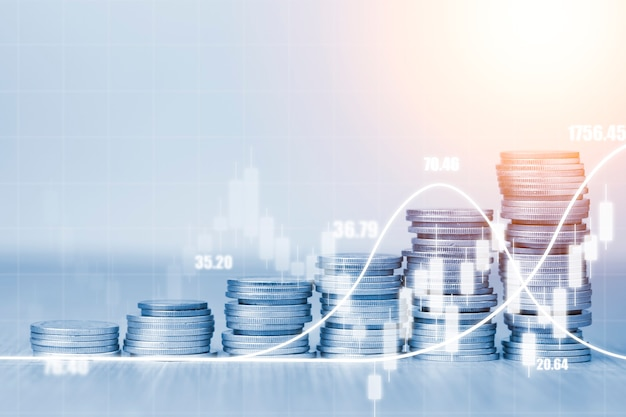Börseninvestitions- und geschäftsgewinnkonzept, doppelbelichtung von zunehmenden münzen, die mit technischen linien und kerzendiagrammen gestapelt werden.