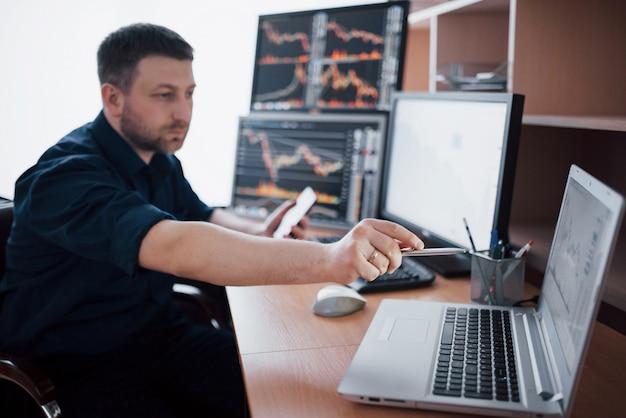 Börsenmakler im hemd arbeitet in einem überwachungsraum mit bildschirmen. börsenhandel forex finance grafikkonzept. geschäftsleute, die aktien online handeln