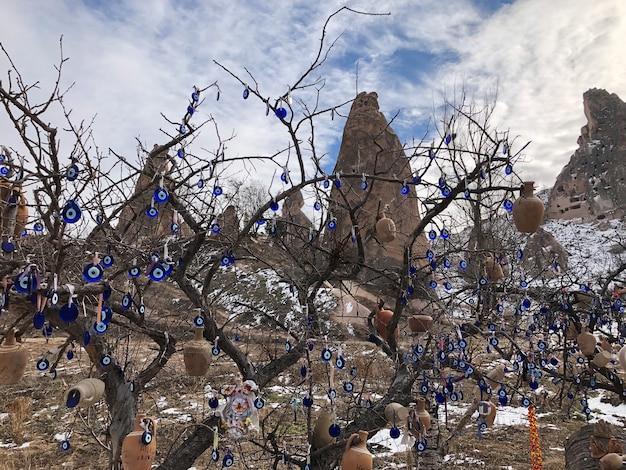 Böser blick - traditionelles türkisches souvenir gefesselt auf einem ast in kappadokien. truthahn.