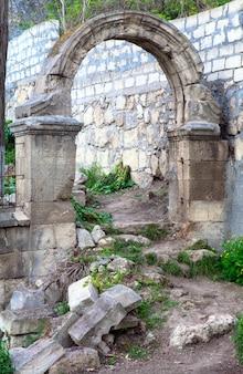 Bogen baufälliger eingang zum alten verlassenen friedhof in der nähe von sewastopol tovn