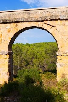 Bogen des antiken römischen aquädukts