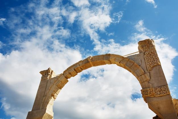 Bogen sie die ruinen der alten stadt von ephesus gegen den blauen himmel an einem sonnigen tag.