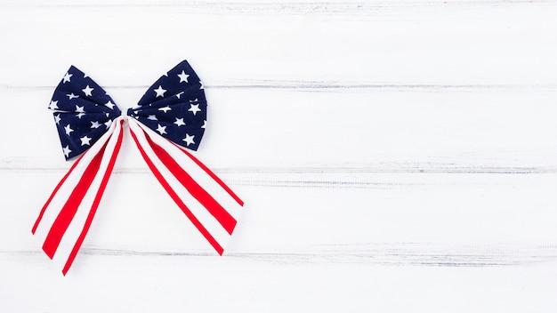 Bogen sie mit illustration der amerikanischen flagge
