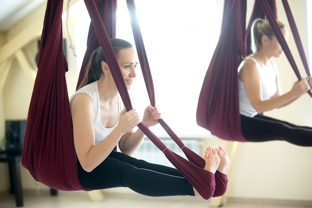 Bogen yoga pose in hängematte