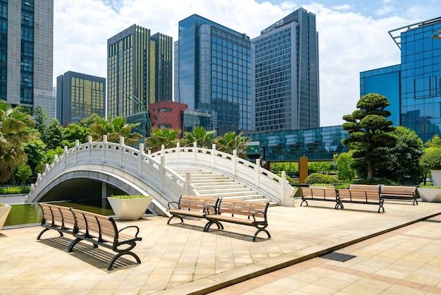 Bogenbrücke und finanzzentrum-bürogebäude in hangzhou, china