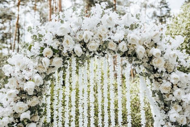 Bogendekor mit weißen blumen für eine hochzeitszeremonie in der natur