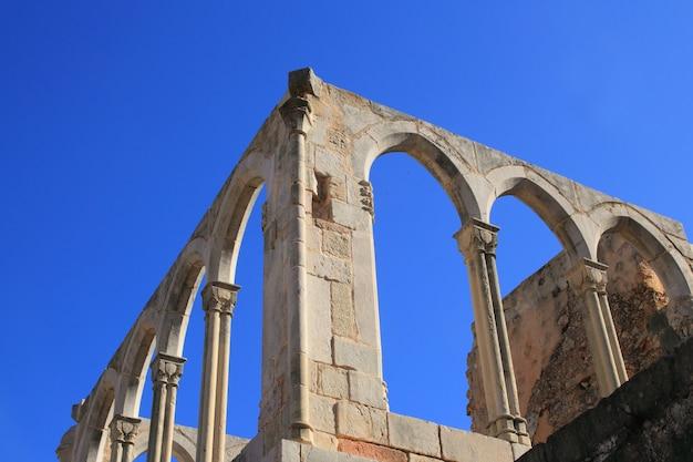 Bogenstruktur des alten klosters in spanien