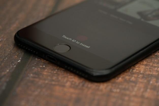 Bogota, kolumbien, september 2019, tik tok-logo auf dem telefon mit dem logo unten, tik tok app.