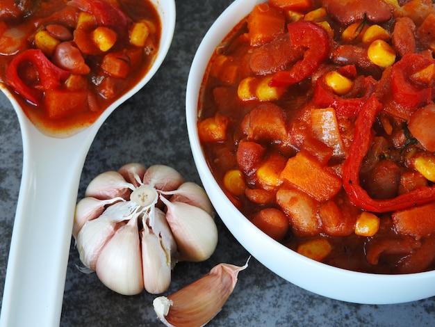 Bohnen auf mexikanisch. appetitanregende bohnen mit gemüse und mexikanischer art.