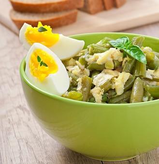 Bohnen mit eiern in der schüssel.