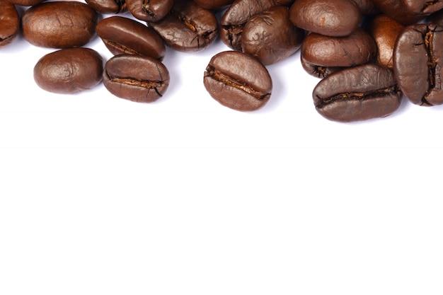 Bohnenkaffee in lokalisiertem weißem hintergrund, kopienraum