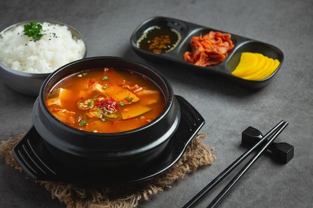 Bohnenpastensuppe im koreanischen stil