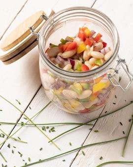 Bohnensalatmischung in einer hohen ansicht des glases