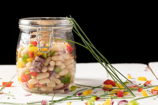 Bohnensalatmischung und grünes gemüse