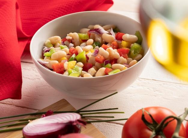 Bohnensalatmischung und tomaten