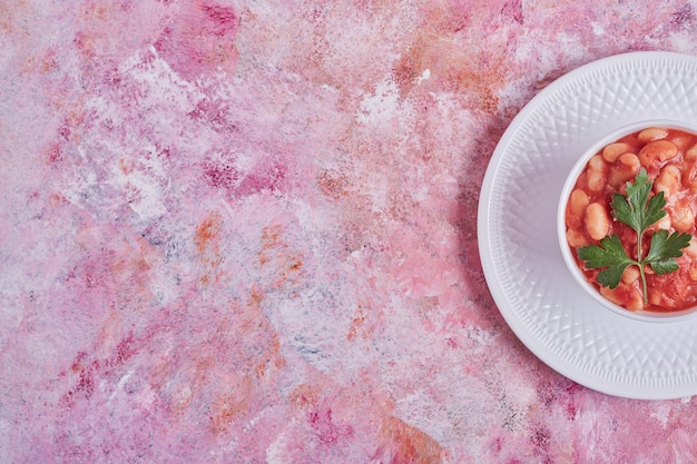 Bohnensuppe in tomatensauce mit kräutern.