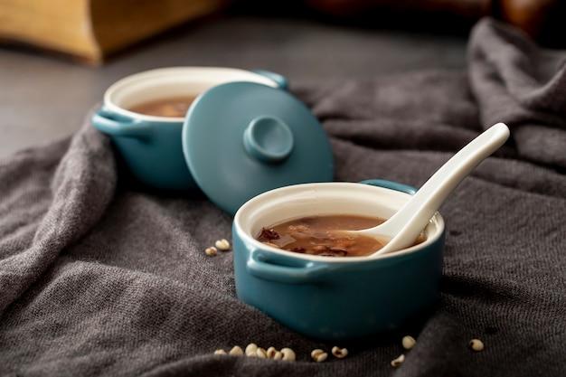 Bohnensuppeschüsseln auf einem grauen stoff